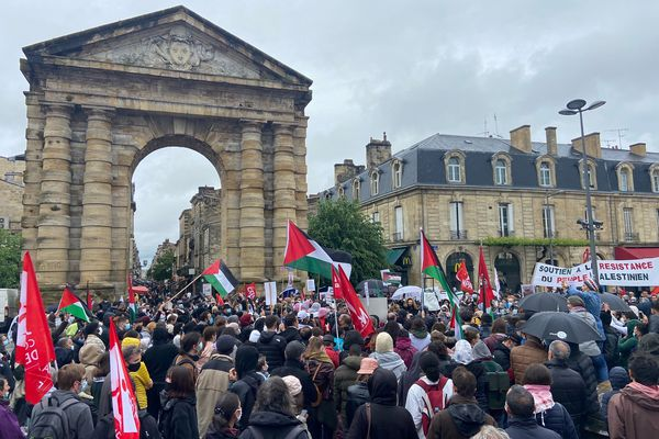 À 16 heures, environ 500 manifestants étaient rassemblés place de la Victoire à Bordeaux, ce samedi 15 mai 2021, pour soutenir la Palestine.