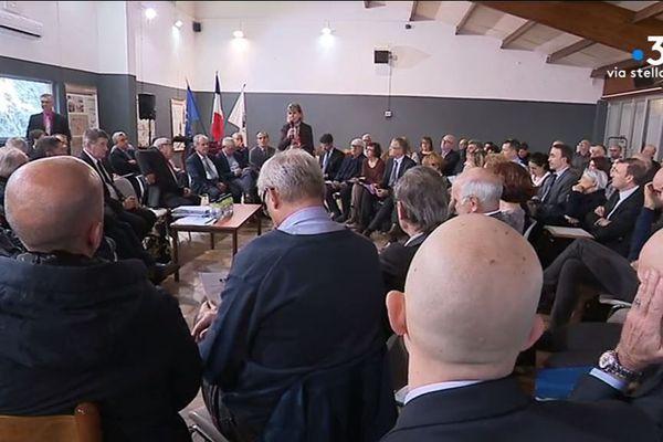 À l'initiative de la préfète de Corse, une centaine de maires se sont réunis à Ponte-Leccia, lundi 16 décembre, pour une réunion de travail sur l'urbanisme.
