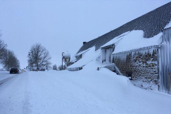 A Laqueuille (Puy-de-Dôme), 25 cm de neige sont tombés dans la nuit de dimanche à lundi.