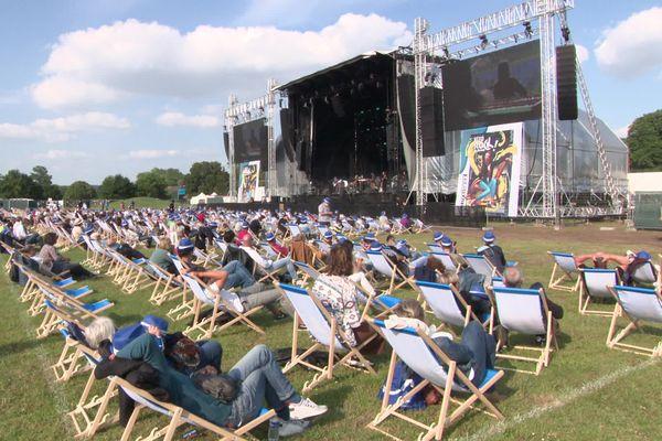 C'est allongé sur des transats que le public a pu savourer les premiers concerts du festival rebaptisé Rock in Chair.