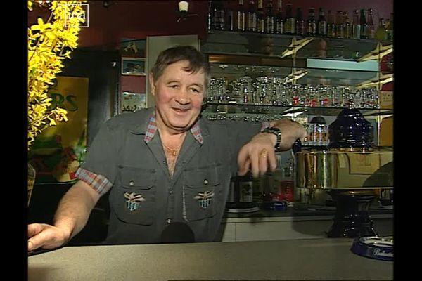 Jean Josselin dans son bar en 1999