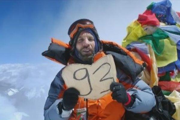 Nadir Dendoune au Sommet de l'Everest, brandissant le drapeau de la Seine Saint Denis