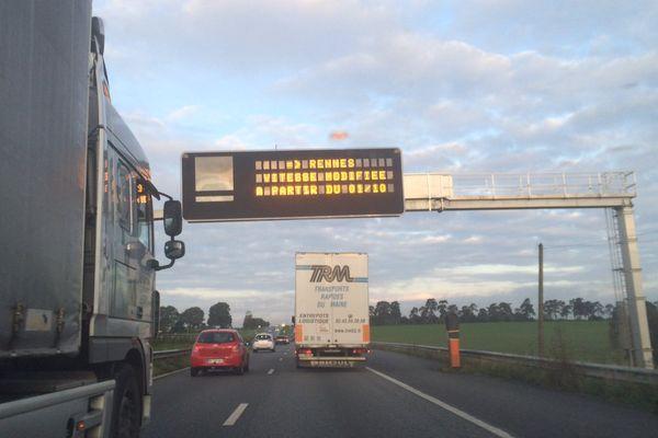 Panneau lumineux annonçant les modifications de vitesses sur la rocade de Rennes