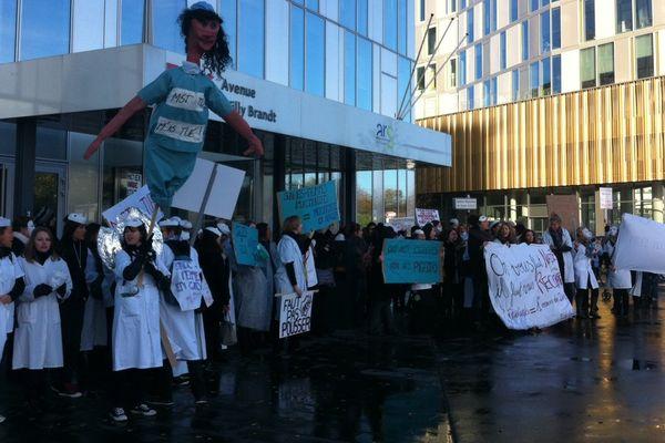 Manifestation des sages-femmes ce matin devant les locaux de l'ARS, à Lille.