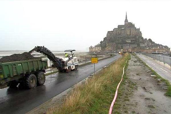 La démolition de la digue du Mont St Michel a commencé ce matin