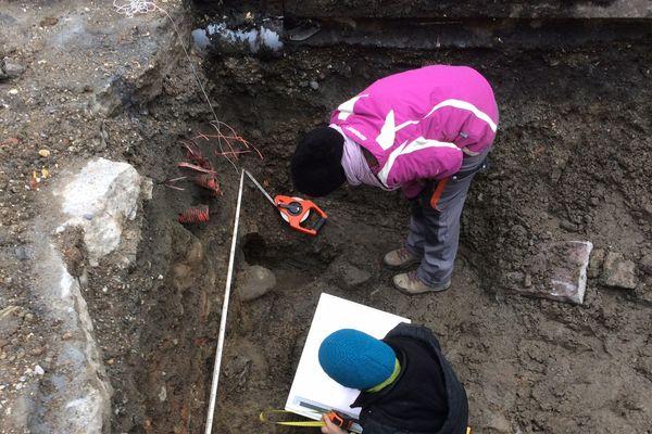Les archéologues pensent que le sous-sol de la place est un dépotoir à poteries.