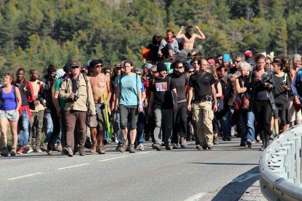 Le cortège d'antifascistes et de migrants est arrivé à Briançon (Hautes-Alpes) le 22 avril dans le calme, pour rejoindre le Refuge solidaire.