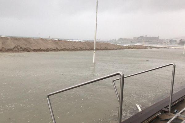 La mer a recouvert les plages de la Croisette.