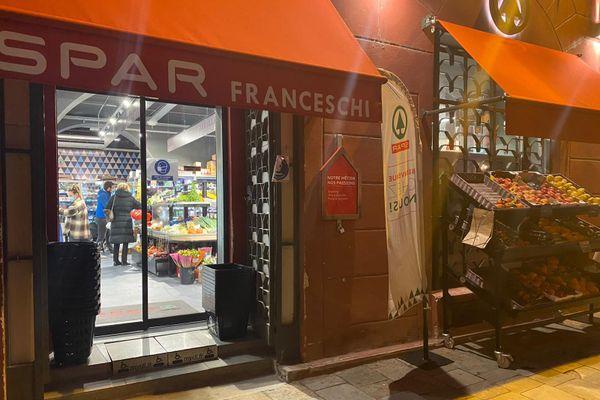 À quelques minutes du couvre-feu, des derniers clients se pressent encore avant fermeture de la boutique.