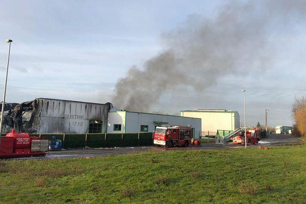 Jusqu'à 95 pompiers ont été mobilisés pour maîtriser l'incendie, qui a totalement détruit l'un des entrepôts de l'usine CMS, classée Seveso.