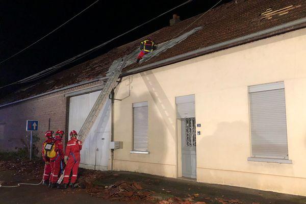 Intervention des pompiers à Hangest-en-Santerre pour sécuriser les toitures après la tornade du mercredi 29 octobre 2020