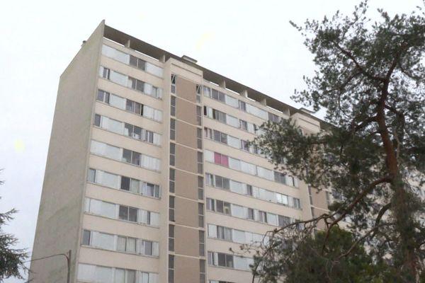 Une femme a été tué d'un coup de couteau lundi 21 octobre dans le quartier du Grand Parc à Bordeaux. Les enquêteurs étudient l'hypothèse d'un féminicide.