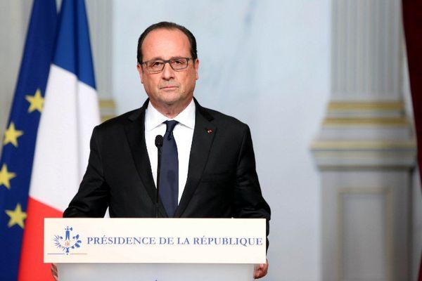 Le président de la République François Hollande a annoncé vendredi 13 novembre, un peu avant minuit, l'arrivée de renforts militaires, la fermeture des frontières et a décrété l'état d'urgence sur l'ensemble du territoire.