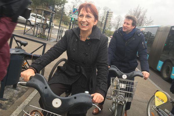 Yannick Jadot apporte son soutien à Anne Vignot, candidate aux élections municipales à Besançon.