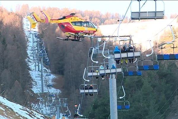 Un hélicoptère intervient pour secourir les skieurs.