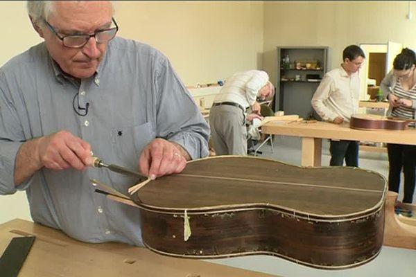 Les apprentis luthiers au travail