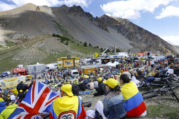 Les fans du Tour de France attendent massés à l'arrivée du sommet du col de l'Izoard.