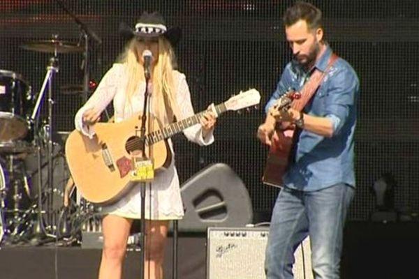 Sophie Tapie le 25 juillet 2015 sur la scène du Festival de Musique Country de Craponne-sur-Arzon (Haute-Loire) qui attire les fans de musique américaine, de chapeaux texans et de santiags