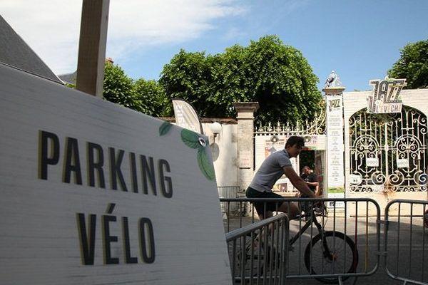 Un parking vélo permet un accès aisé au site pour le cyclistes.