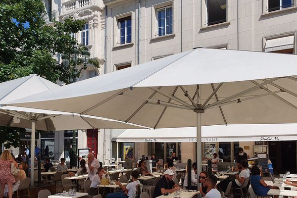 La terrasse du Studio 16 place du Martroi à Orléans (Loiret) enfin ré-ouverte le mardi 2 juin