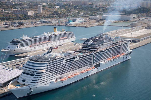 Vue aerienne du port de Marseille. Le bateau de croisiere MSC MERAVIGLIA.