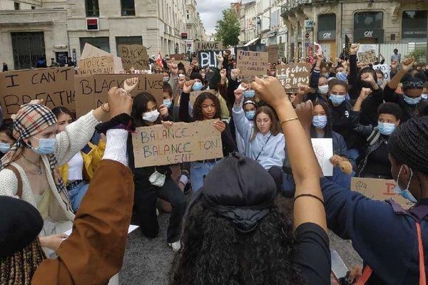 Niort pose un genou à terre contre le racisme et les violences policières à l'encontre de personnes de couleur.