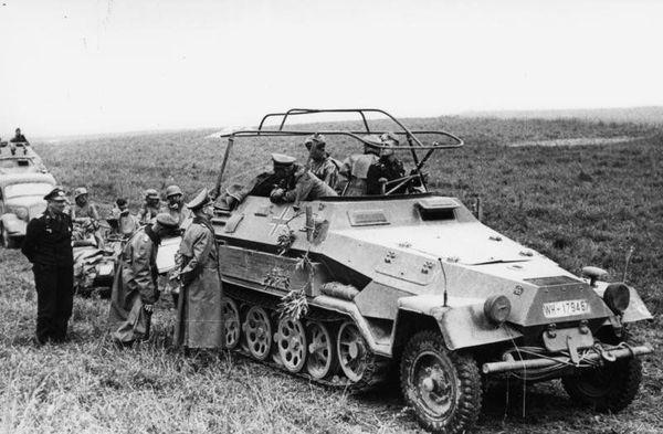 Le général Heinz Guderian à bord de son véhicule blindé semi-chenillé Schützenpanzerwagen SdKfz 251/3, en conversation avec le général Adolf Kuntzen, pendant la bataille de France, en mai 1940.