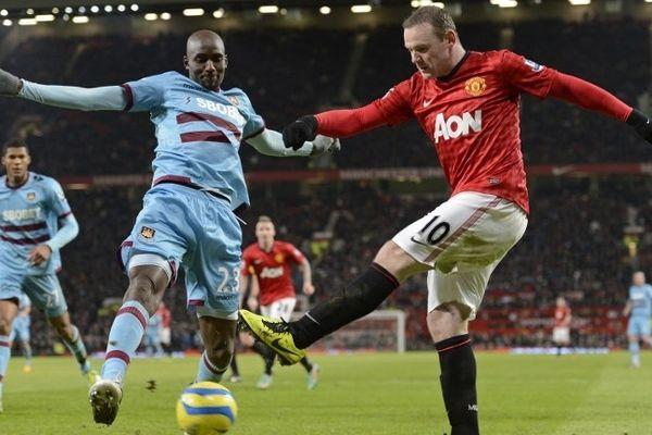 Alou Diarra sous le maillot de West Ham face à Wayne Rooney le 16 janvier 2013 dans le stade d'Old Trafford de Manchester.
