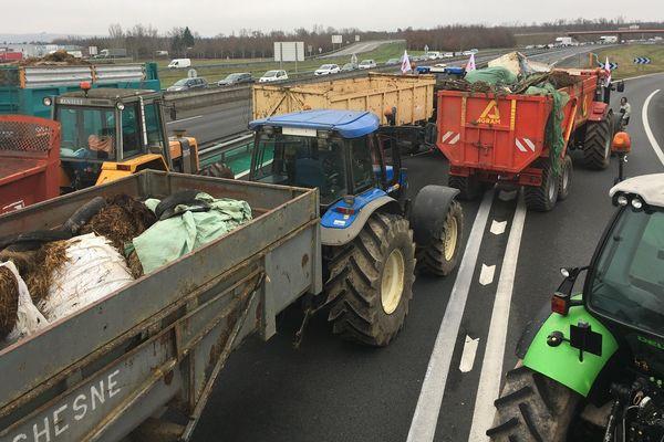 A Montauban lundi, les autoroutes A20 et A62 ont été bloquées par des tracteurs