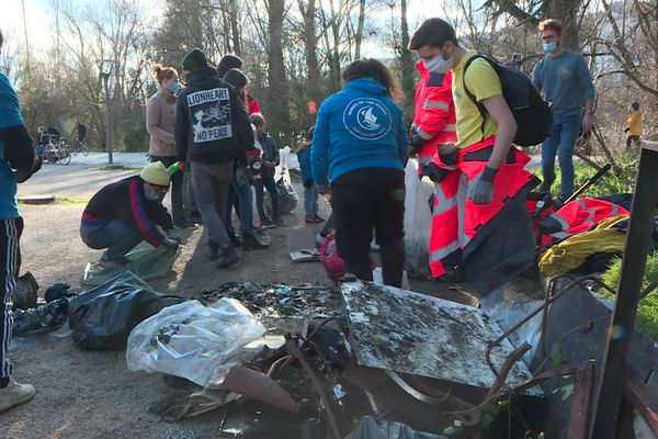 Une centaine de bénévoles ont arpenté les berges du Rhône au nord de Lyon, pour ramasser un maximum de déchets, plastiques et autres, dimanche 7 février.