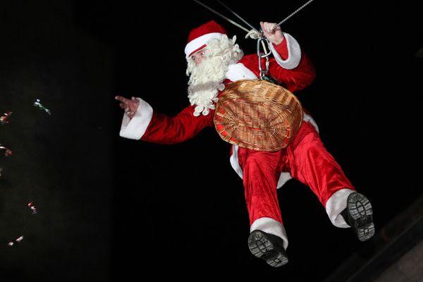 A Pontarlier, le Père Noël lance des papillotes depuis sa tyrolienne.