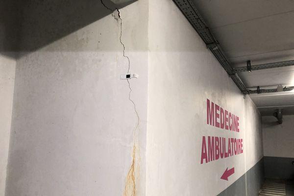 Le parking souterrain du CHRU est lui aussi envahi de fissures sur ses piliers.