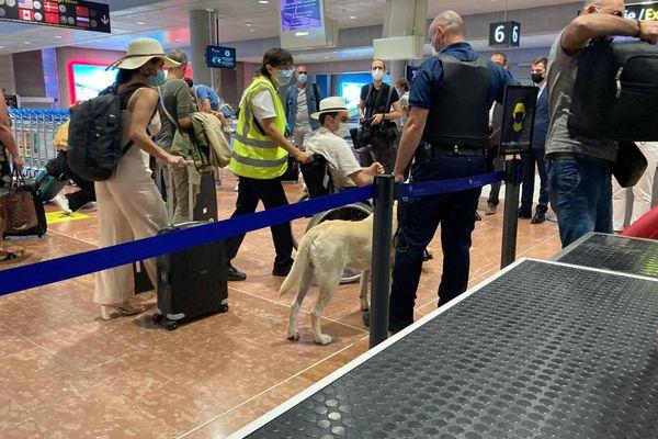 """Le ministre des Comptes publics Olivier Dussopt a appelé ce lundi 26 juilletles douaniers à""""la plus grande rigueur"""" dans les vérifications sanitaires et le contrôle aux frontièresdes voyageurs."""