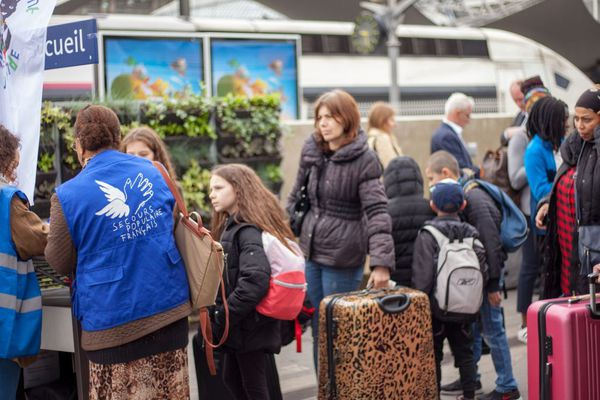 Les familles au départ de la gare de Lyon : le Secours Populaire emmène pendant cinq jours 250 Franciliens en Occitanie, en ce début du mois de mai.