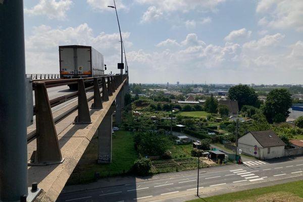 Le pont de Calix permet le bouclage duboulevard périphériquenord deCaen, au-dessus de la vallée de l'Orne.Il est le deuxième plus long pont duCalvadosaprès lepont de Normandie.