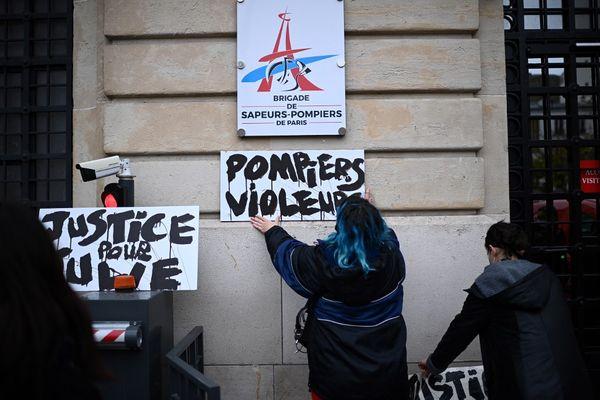 """Des militantes du mouvement Les Colleuses """"demandent justice pour Julie qui a été violée par 20 pompiers"""" lors d'une manifestation le 13 décembre 2020."""