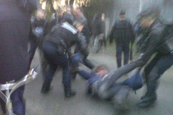 L'expulsion, photo publiée sur Twitter par Alexandra Turcat, journaliste de l'AFP, sur son compte @alexandraturcat