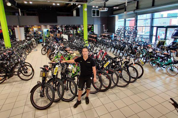 Julien a beaucoup de vélos en stock et aucun client depuis des semaines