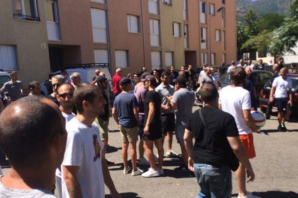 Dimanche 14 août, en début d'après-midi, les personnes rassemblées en soutien aux Corses blessés lors de la rixe de Sisco se sont rendues dans le quartier de Lupino.