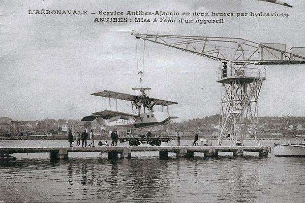 Titan, la nouvelle grue en fer de 10 tonnes avec un manche à air. Elle est installée en lieu et place de la petite grue en bois le 30 novembre 1923.