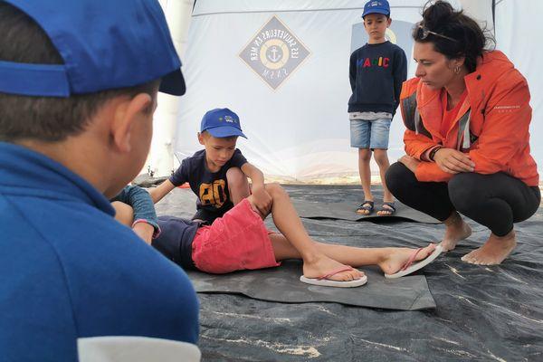 Après avoir bien observé, place à la pratique pour les sauveteurs en herbe. Sous l'œil attentif des sauveteurs de la SNSM.