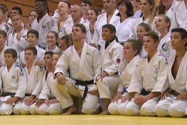 Loïc Pietri, au centre, bien entouré par les judokas niçois.