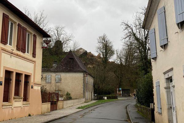 L'emblème de la ville, au-dessus des maisons, n'est plus. La tour médiévale rectangulaire s'est effondrée vers 3 heures du matin dans la nuit de dimanche à lundi 1er février