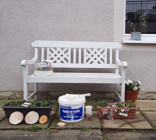 Les petits cadeaux solidaires déposés devant chez Barbara Agostini : une yaourtière, des fraises , des graines , de la peinture pour son mur , des rondins de bois pour des activités manuelle avec ses filles.