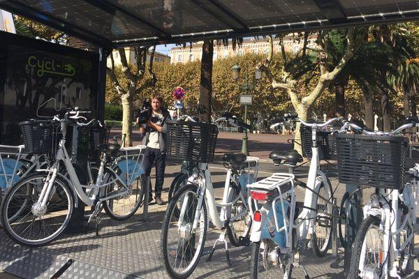 17/09/16 - Une station de recharge pour vélos électriques installée sur la place Saint-Nicolas à Bastia (Haute-Corse)