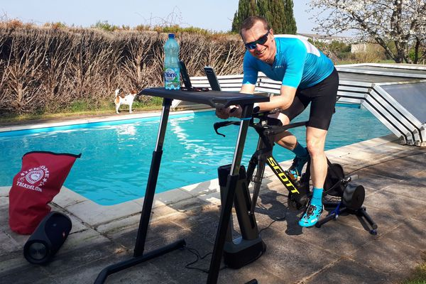 Ludovic Chorgnon a la chance d'avoir un grand terrain et une piscine pour continuer son entraînement.