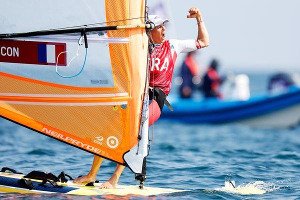 Charline Picon en pleine joie suite à sa victoire lors de la medal race en voile RS:X aux Jeux olympiques de Tokyo. Sa très belle course lui permet d'obtenir la médaille d'argent, cinq ans après sa médaille d'or aux Jeux de Rio.