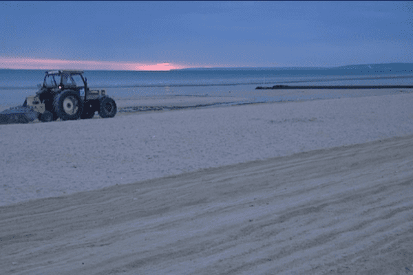 Garder des plages propres malgré le pic de fréquentation, c'est l'objectif du nettoyage mis en place par la Communauté d'agglomération de Caen-la-mer.