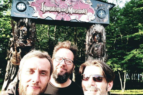 """Devant le portail : """"Kingdom of Muscadet"""" A droite : Jimmix. Au centre : Toni Torfer. A droite : Bertrand, sculpteur à Laval"""