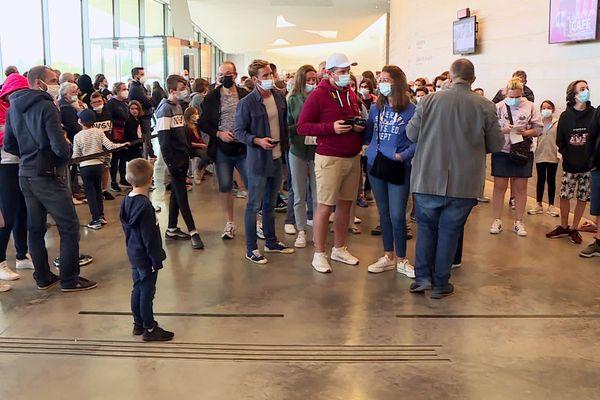 Foule dans le hall d'attente, la jauge étant fixée à 3200 visiteurs / jour, il n'y aura pas de place pour tout le monde
